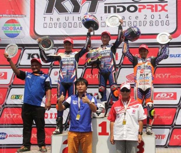 Podium race 1 kelas 110 cc (kiri ke kanan Rey Ratukore - Fitriansyah Kete - I Gde Arya) seri pertama Indoprix 2014