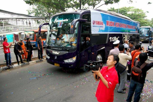 Bus mengangkut peserta Mudik Asik Bareng Yamaha 2013