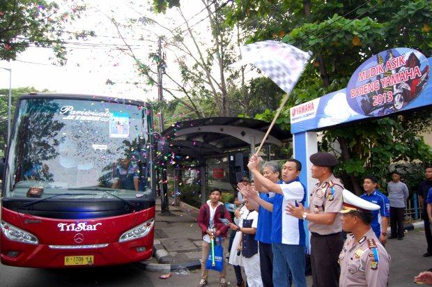 Direktur Sales PT YIMM Sutarya dan Executive Vice President Dyonsius Beti melepas peserta Mudik Asik Bareng Yamaha 2013